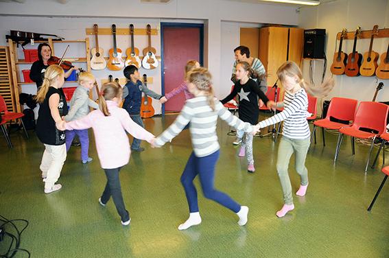 POPULÆRT: Sist høst innførte Gunnhild Tømmerås og Anna Sørlien litt folkedans som et supplement til sangen. Det har gitt mersmak. Gunnhild sørger for dansemusikken på fele, mens Anna instruerer og motiverer.