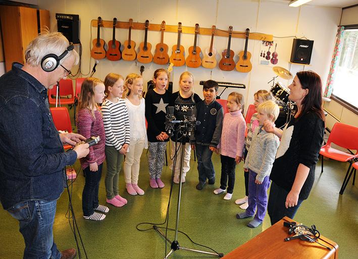 OPPTAK: Krusedull synger og Leiv Solberg styrer mikrofoner og opptaksutstyr. – Det blir en sending dominert av den yngre garde, sier Solberg. Skru på radioen på NRK P2 søndag klokka 18.05, så får du høre. Programmet ligger også på nettet, radio/NRK.no, slik at man kan høre det om igjen, dersom det ikke passer når programmet går på lufta.