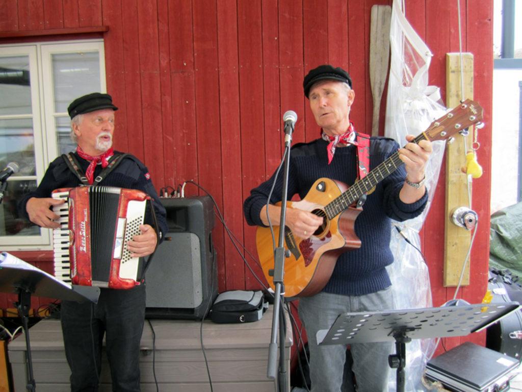 KLARE FOR TORVSTRØFABRIKKEN: Fredag 3. juli markeres åpningen av museumssesongen på Birkenes Bygdemuseum med konsert med lillesandsduoen Dag Ellefsen og Finn Bendixen på Torvstrøfabrikken.