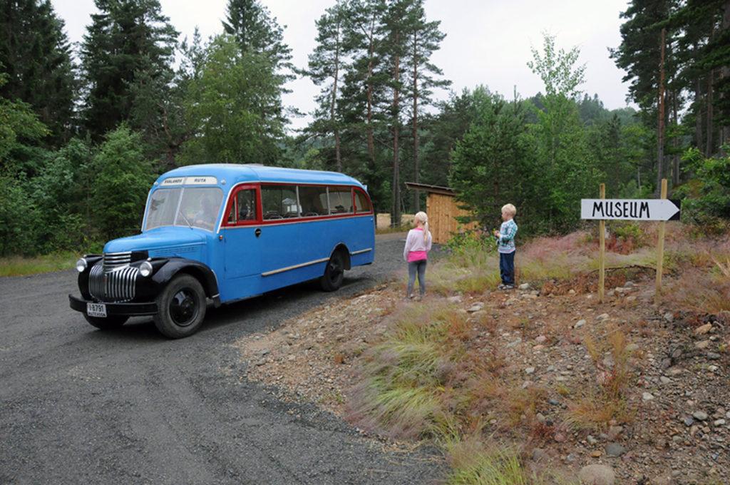 TIDSRIKTIG TRANSPORT: Veteranbussen Svalandsruta står klar til å frakte museumsgjestene til og fra Torvstrøfabrikken ute på Tveidemyrene.