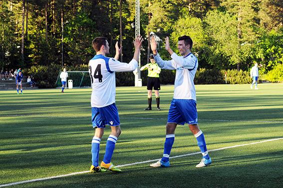 MÅLFARLIG DUO: Mikael Engesvik og Jakob Flakk feirer førstnevntes 1-0-scoring.