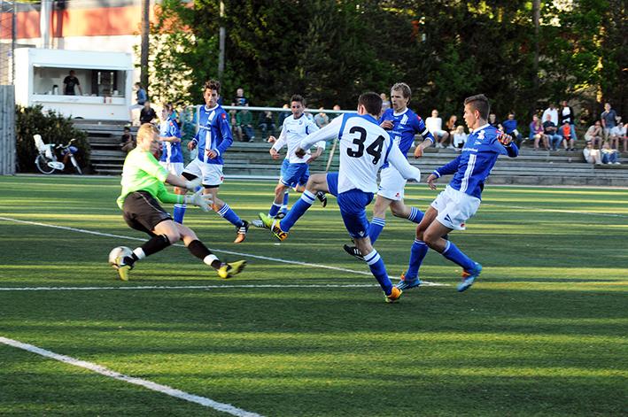 KLASSESCORING: Jakob Flakk, tilbake i BIL-trøya for første gang etter fjorårets stygge skade, drar seg forbi to LIL-forsvarere og setter ballen mellom beina på LIL-keeperen til 3-0.