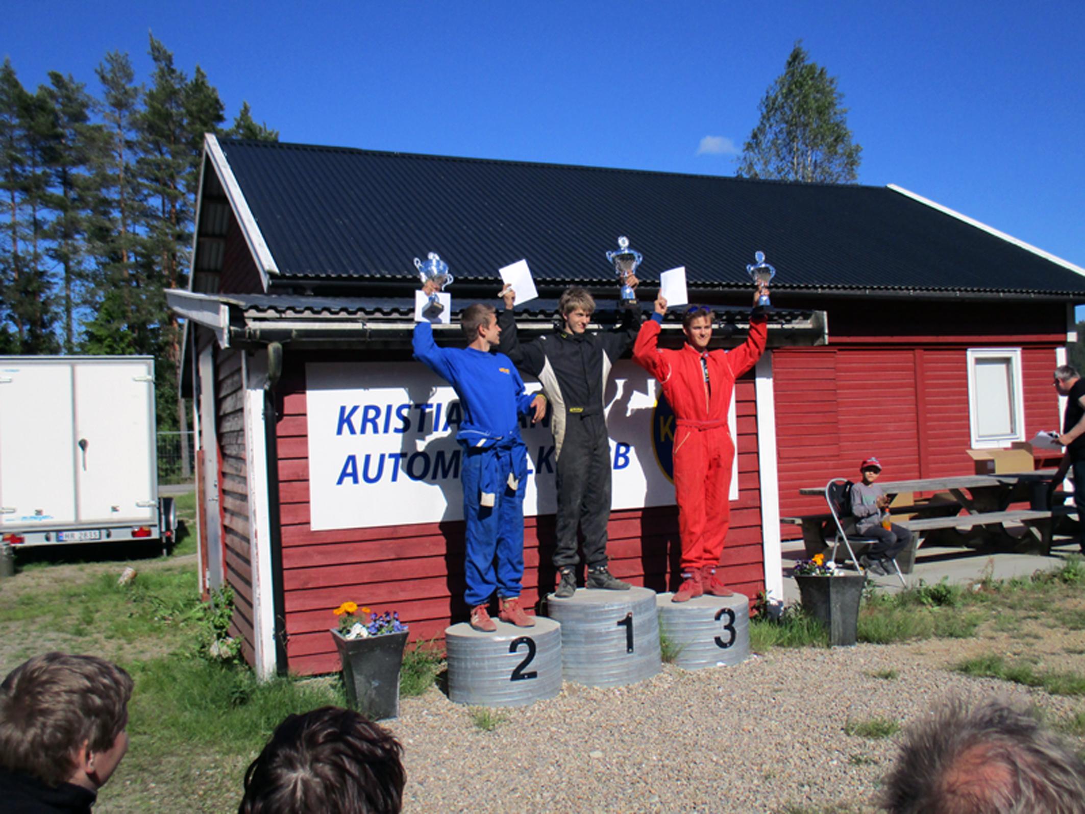 KAK-DOMINANS: NMK Konsmos Simen Eriksen Nepstad (t.v.) hindret total KAK-dominans på juniorpallen. Vinner Aleksander Beisland på toppen og Tobias Håkedal Erlandsen til høyre. (FOTO: KAK)