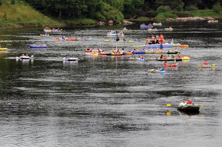 ARMADA: Slik ser det ut når armadaen av gummibåter kommer seilende ned elva lørdag formiddag.