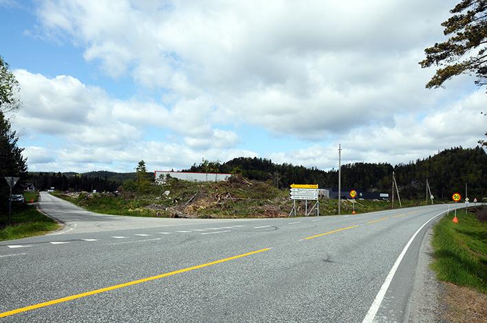 OMKJØRING: Fra mandag morgen (8. juni) vil fylkesvei 402 bli stengt her ved Jordbruna og trafikken mellom Birkeland og Lillesand bli dirigert om Tveide. Vegvesenet oppfordrer førere av tunge kjøretøyer til å kjøre E18 til Timenes og følge riksvei 41 opp til Birkeland.