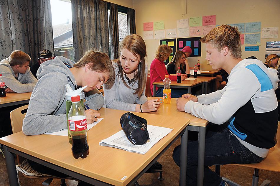 SLIPPER: Ved Engesland skole har elevene fått den undervisningstida Opplæringsloven fastsetter. Dermed slipper elevene å sitte flere timer på skolebenken per uke enn i dag. Unntaket er 1.-4. klassingene som får ett kvarter mer undervisning i uka. (Bildet er tatt ifm. en leksjon i privatøkonomi med den lokale sparebanken våren 2014)