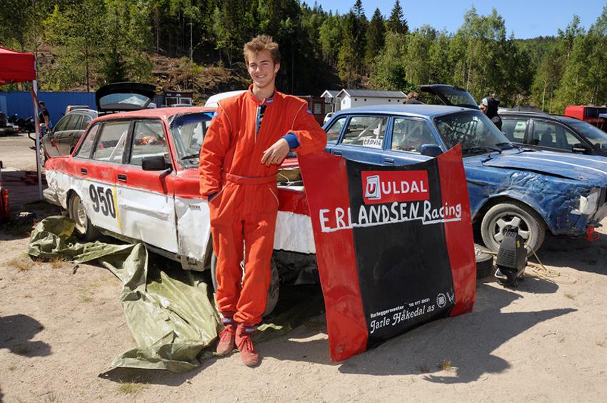 VELLYKKA HELG: Birkelandsgutten Tobias Håkedal Erlandsen koster på seg et smil etter sin foreløpig mest vellykka helg bak rattet i sin Volvo 240.