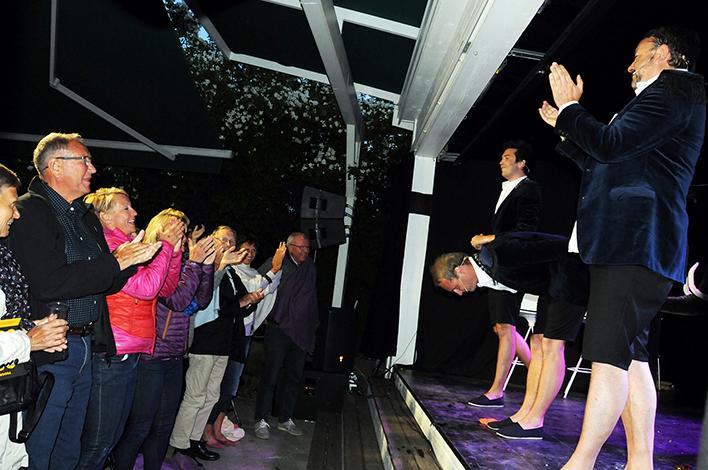 STÅENDE OVASJONER: Publikum viser med all tydelighet hva de synes om det sjette sommershowet i rekka fra På Nyklipte Stier.