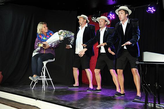 BLIR SATT PRIS PÅ: For virkelig å vise at det er publikum de lever for og av, trekker Nyklipte-trioen en publikummer opp på scenen. Denne gangen er det Gro som blir overøst med gaver og blomster.