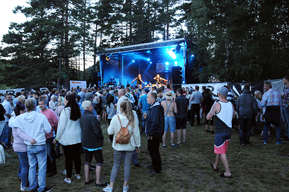 STRANDFEST: Det var flest innenfor portene på festivalområdet på Fiane fredag kveld, da blant annet MGP-deltakerne Staysman & Lazz (bildet) sto på scenen.