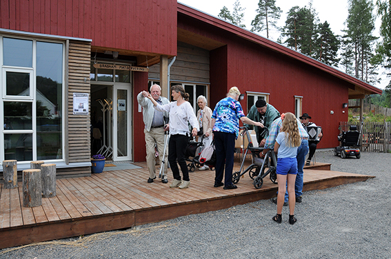 FLOTT MOTTAKELSE 2: Noen fikk seg også en svingom med Inger Slågedal i museumsstyret før de fant veien inn i Knutson-salen.