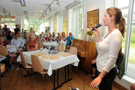 SUPERFORNØYD STYRELEDER: Da styreleder i Birkenes Bygdemuseum Ragnhild Borø-Svaland ønsket velkommen var Knutson-salen mer eller mindre stufull. Styrelederen er «superfornøyd» med åpningen på museumssesongen.