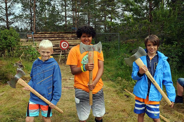 ØKSEKASTERE: Birkenes Jerv-guttene Kristian (f.v.), George og Marcus etter vel gjennomført øvelse i øksekasting, som var en del av Farmen-aktivitetene.