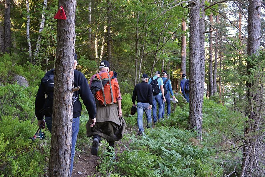 NY STI: Dugnadsgjengen prøvegår den nye turstien som er ryddet fra Teinefossen til Slågedalsia.