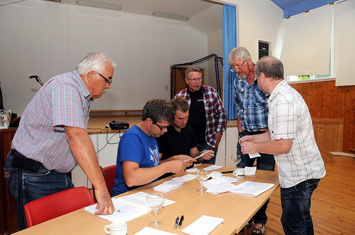 STEMMETELLING: «Valget» er over og utredergruppa teller opp stemmesedlene. Fra venstre ser vi Petter Ross, Anders Snøløs Topland, Jon Inge Holm, Vidar Larsen, Olav Vehusheia og Olav Gunnar Juven.