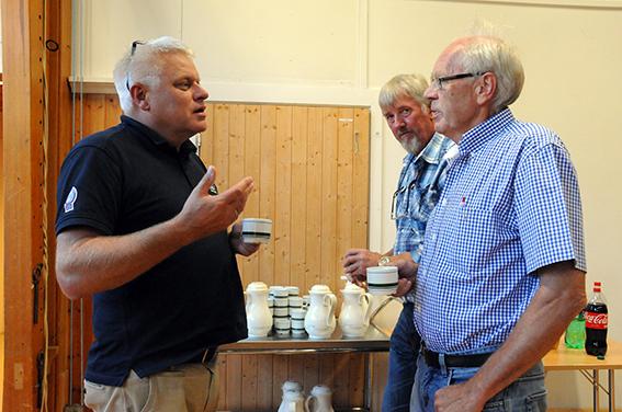 PAUSEPRAT: De er ikke helt enige om hva som er best for Birkenes, ordfører Arild Windsland og Kristen «Butikk» Rosåsen, men de er begge glade for bygdefolkets engasjement i saken.