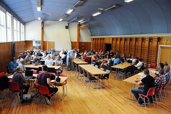 VELFYLT SAL: Herefossingene møtte kvinne- og mannsterkt opp da en lokal utredergruppe bestående av lokalpolitikere og representanter for Herefoss Utvikling inviterte til folkemøte om kommunesammenslåing i gymsalen på skolen.