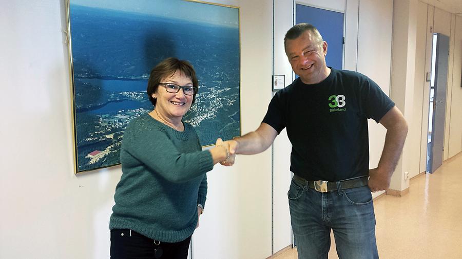 GRATULERER KOLLEGAEN: Torunn Retterstøl på 3B gratulerer kollega Anders Christiansen, som blir ordfører i Birkenes de neste fire årene.  – Jeg skulle gjerne beholdt deg her, men det er jo stas at du blir ordfører også, smiler hun.  Birkenes får dermed sin første ordfører fra Arbeiderpartiet.