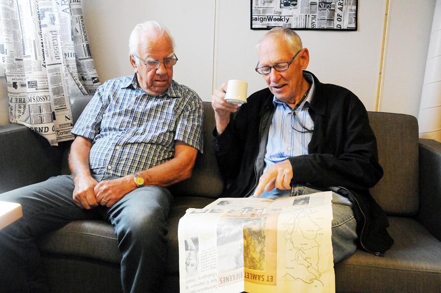 MOTSTANDERE: Ivar Erlandsen (85) og Odd Kylland (78) var begge motstandere av å slå Birkenes sammen med Lillesand på 1960-tallet. De ønsker fortsatt at Birkenes skal være egen kommune. Vi tok de to kommunestyreveteranene med på en mimrestund over et gammelt avisutklipp fra 1964, der det går tydelig fram hva birkenesingene mente om kommunesammenslåing.