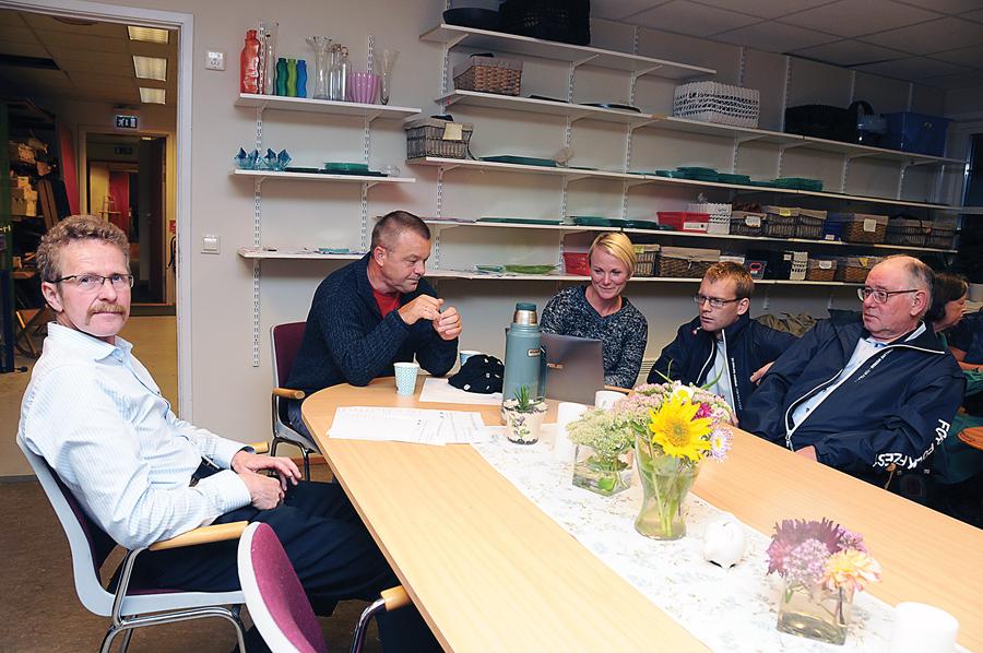 NYE SAMARBEIDSPARTNERE: FrP og Arbeiderpartiet har ikke hatt tradisjon for å samarbeide i Birkenes, men nå kan det gå mot en Ap/Høyre-konstellasjon med støtte fra FrP og Senterpartiet. Odd Gunnar Tveit (FrP), Anders Christiansen (Ap), Linda Hye (Ap), Martin Konstali (FrP) og Karl Sollie (FrP) satt rundt samme bord også under valgvaken på kommunehuset valgdagskvelden.