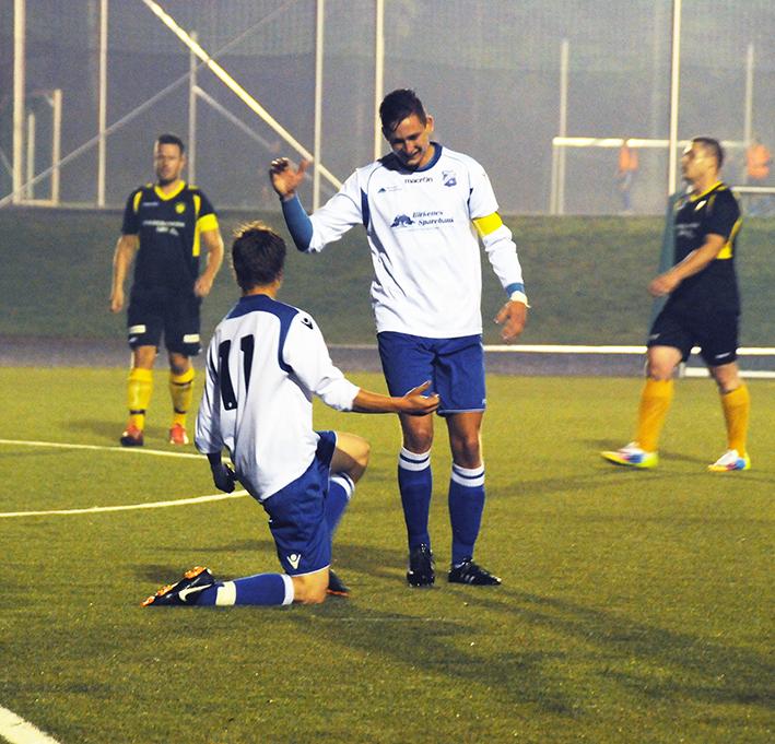 BRILJERTE: Kaptein Steffen Mollestad gratulerer lillebror Gjøran med 0-1-scoringen. Sammen dominerte brødreduoen midtbanen fullstendig i kampen mot Lillesand FK.
