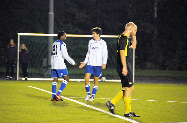 RASK SCORING: Yasin Ibrahim hadde vært på banen et snaut minutt da han satte inn 0-3-målet med sitt første spark på ballen, etter nydelig forarbeid av Steffen Mollestad. Her gratuleres målscoreren av Christer Dahle.
