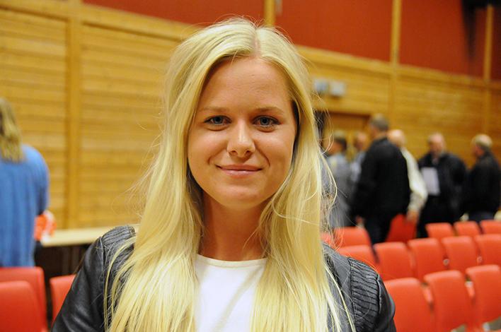 UPÅVIRKET: – Veldig mye av det som ble sagt her har jeg lest i programmene, så debatten endra ikke synet mitt radikalt, nei, sier Eirin Margrete Fidje (23) etter å ha overvært valgdebatten i gymsalen på Engesland skole.