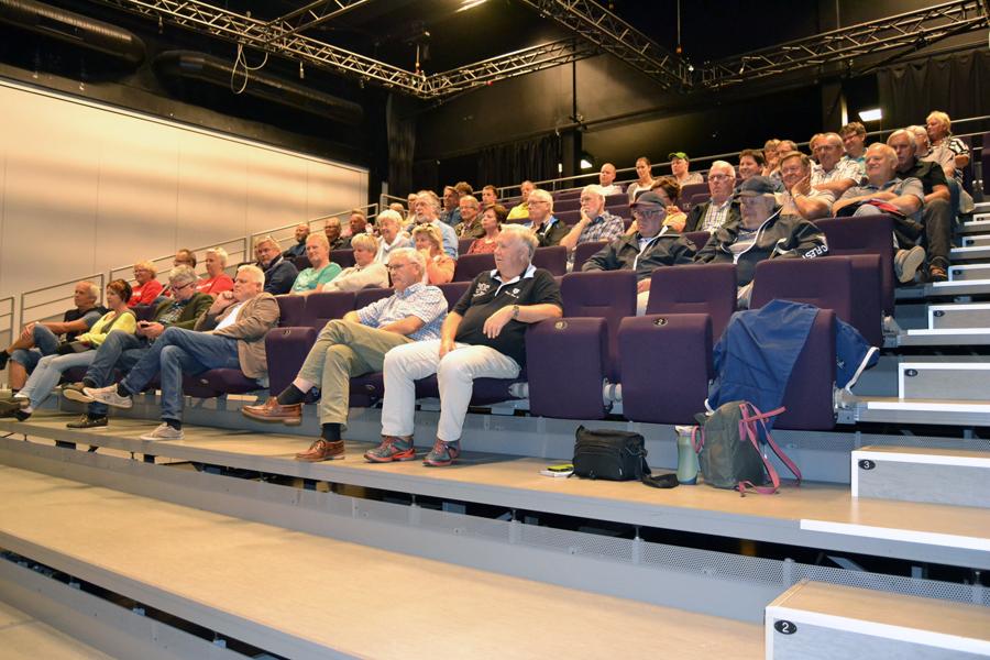 40-50 TILHØRERE PÅ BIRKELAND: Noe glissent i salen, men de som kom, lyttet interessert.