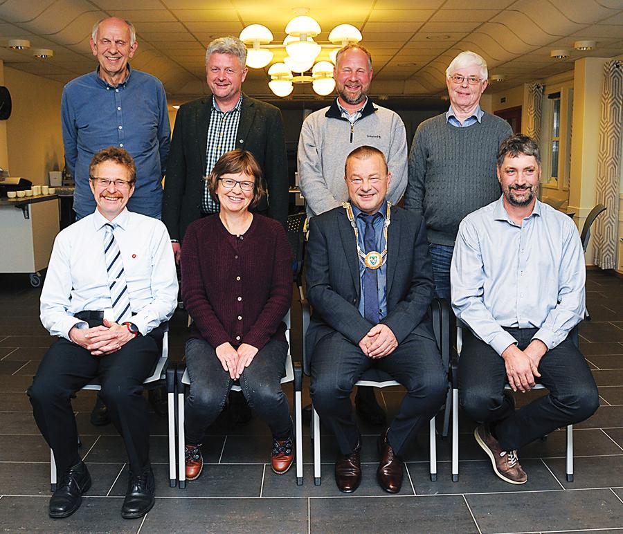FORMANNSKAPET: Det nye formannskapet samlet til «lagbilde» etter at det nye kommunestyret er konstituert. Foran fra venstre sitter Odd Gunnar Tveit (FrP), varaordfører Anne Kari Birkeland (KrF), ordfører Anders Christiansen (Ap) og Arnt Olaf Furholt (Sp). Bak fra venstre: Gunnar Høygilt (H), Ole Morten Vegusdal (V), Torbjørn Bjorvatn (KrF) og Nils Olav Eikenes (H). Linda Hye (Ap) var ikke tilstede.