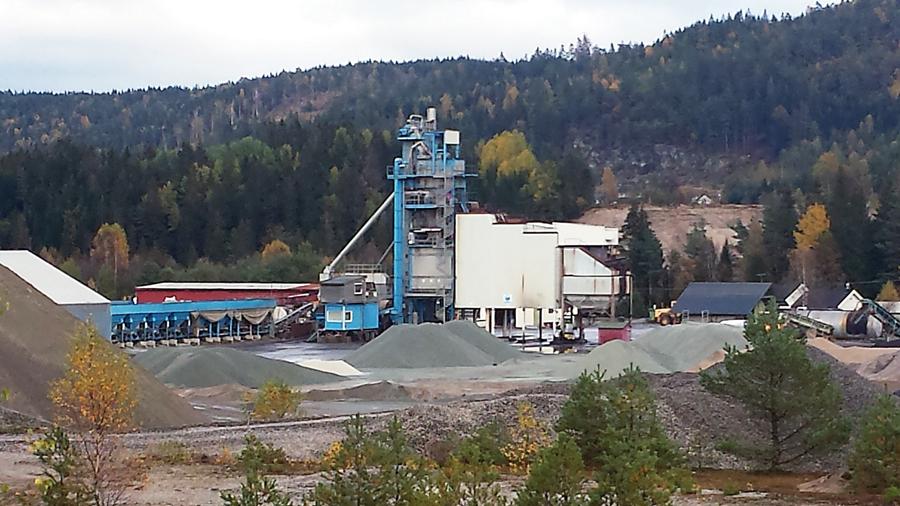 GJENÅPNER DRIFTEN: Asfaltverket på Rugsland, som har vært stengt siden brannen torsdag ettermiddag, vil trolig starte produksjonen igjen i løpet av få dager. (FOTO: TERJE MODAL)