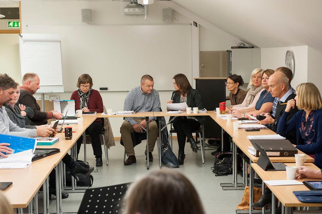 BUDSJETT: Formannskapet fikk onsdag svar på en rekke spørsmål av rådmann Gro Anita Trøan, i midten til venstre for ordfører Anders Christiansen (Ap).
