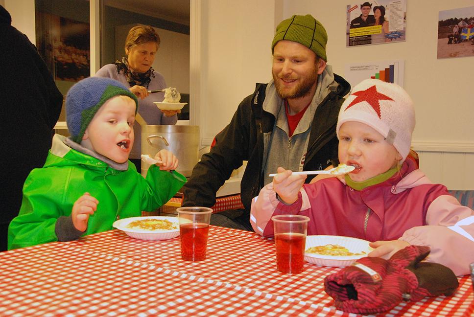 GRØT: Sammen med pappa, Gunnar Sagstuen, koser Johanna og Sigurd Vea Sagstuen seg med risgrøt inne i Verdibanken.