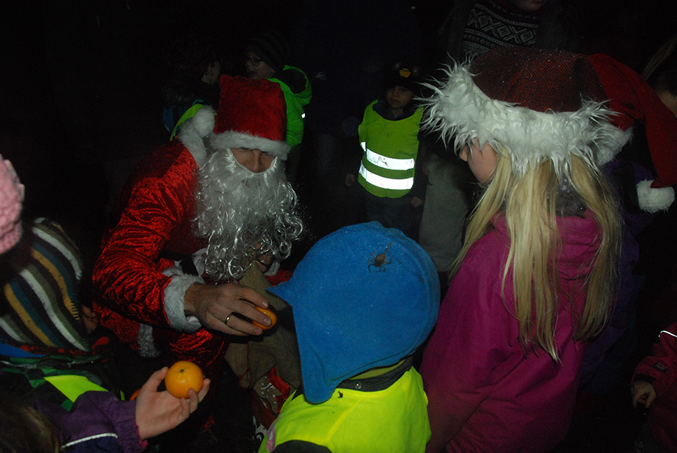 BESØK: Endelig kom nissen og han er populær blant barna på Engesland.