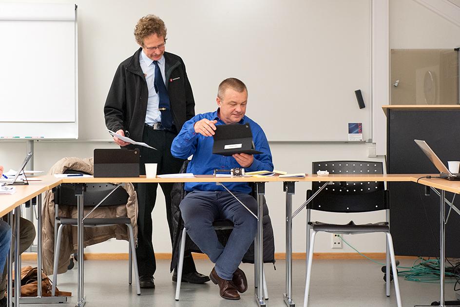 BREV: Det er Odd Gunnar Tveit (Frp) som har fått brevet av en beboer på Herefoss. Her viser han brevet til ordfører Anders Christiansen (Ap) under en pause i formannskapet onsdag.