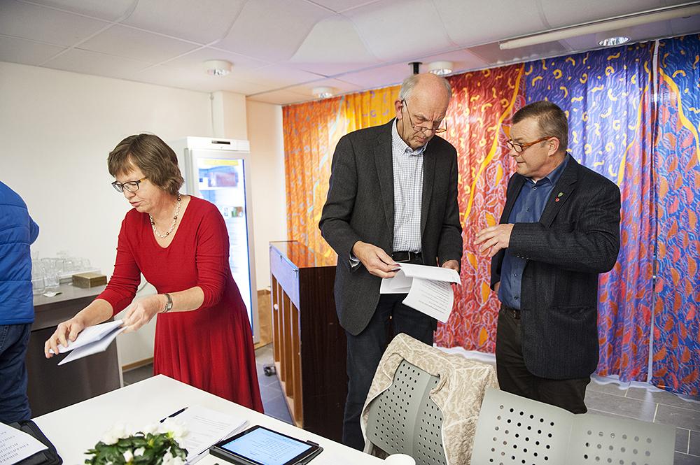 UENIGE: Det ble ingen bred enighet i kommunestyret om budsjettet. Flertallspartiene fikk ikke med seg Høyre og Fremskrittspartiet på deres budsjettforslag. F.v.: varaordfører Anne Kari Birkeland (KrF), Gunnar Høygilt (H) og Anders Christiansen (Ap).
