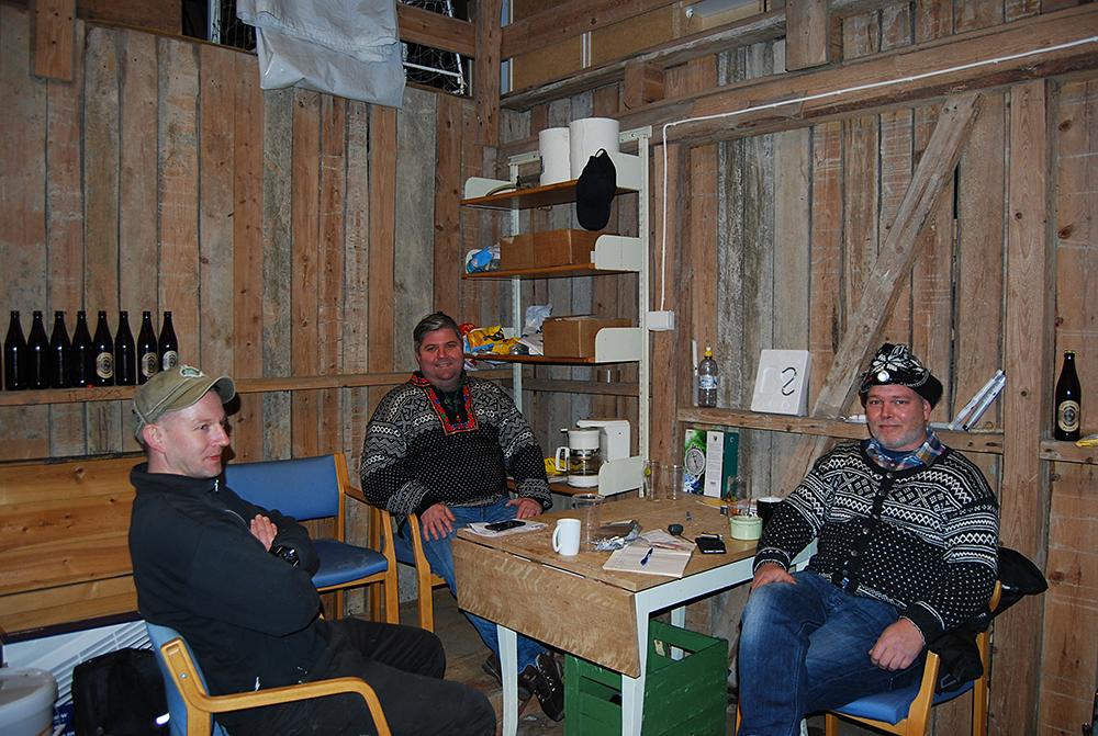PÅ LÅVEN: Tommy Ellingsen, Trond Endresen og Svein Hauge setter pris på de sosiale kveldene i brygglåven til Endresen.