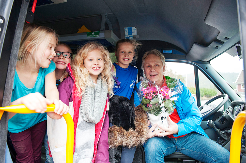 BUSS: Ole Johnny Uldal får denne ukas juleglede. Hver torsdag kjører han blant annet Åsta Hegglan, Steffen Ravnåsen Solvang, Kine Beisland Aas og Andrea Beisland til og fra skolen.
