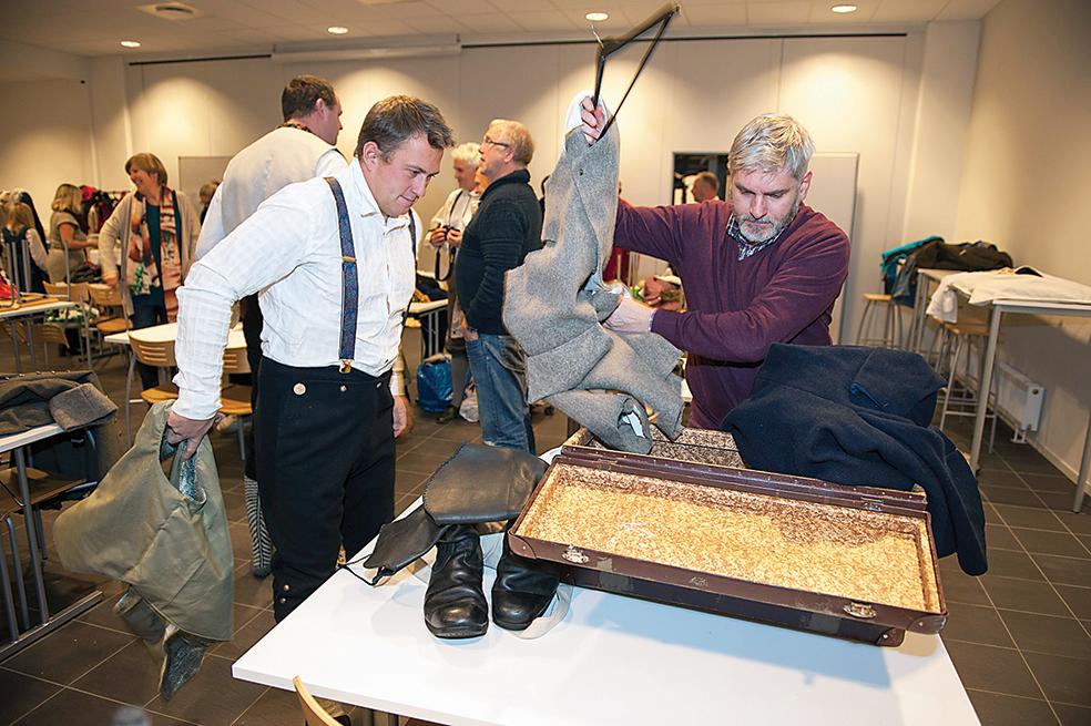 PRØVE:  Jarle Christiansen og hovedrolleinnehaver Kristen Flaa åpner en riktig så gammel koffert for å finne det riktige kostymet til Kristian Lofthus.