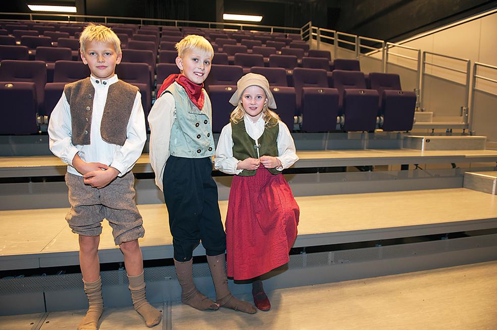UNGE: Av de 29 skuespillerne i stykket er åtte barn, og en baby. Eivind Flaa, Kristian Flaa og Milla-Sofie Ivarson Hansen spiller rollene som fattige barn.