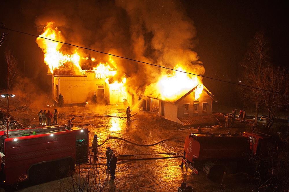BRANT NED: Etter 113 år måtte det gamle skolebygget gi tapt for flammene.