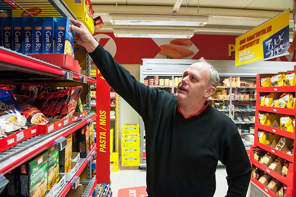 GRØT: Butikksjef Svein Skuland hos Coop Extra konstaterer at grøtprisen er lav. Pakkene som står igjen i hylla er normalt priset og veier én kilo. 800 gramspakkene som er på tilbud til 80 øre er revet bort.