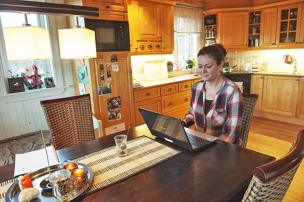 KOSTBAR: Elisabeth Flagtvedt og familien på fire betaler 2.000 kroner i måneden for å ha internettforbindelse på Svaland. – Det er klart vi bruker internett mye, men vi er også en familie på fire, med to barn på skolen, sier hun.