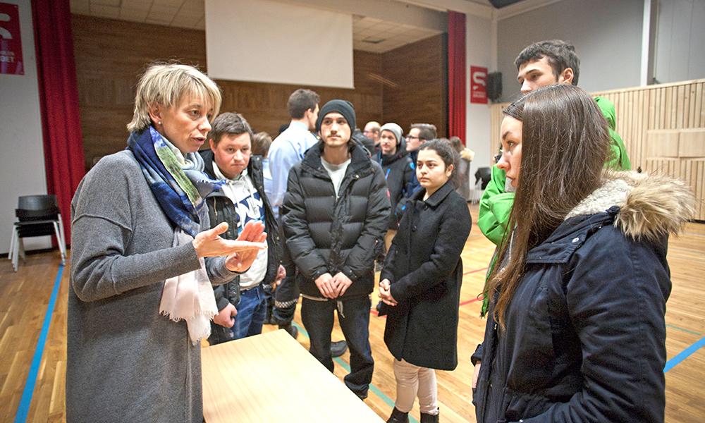 INSPIRERTE. Barnehagelærer Anne Lundemoen Håkedal fristet flere unge med yrket sitt. Blant dem som var innom standen hennes var Thea Bjørknes (t.h.).