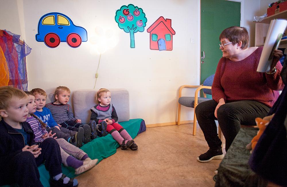 SPENNENDE: Even (4), Evelina (4), Pelle (5), Isak (5) og Mari (4) følger godt med når pedagogisk leder Inger P. Birkeland leser fortellingen om musa og Gruffalo.