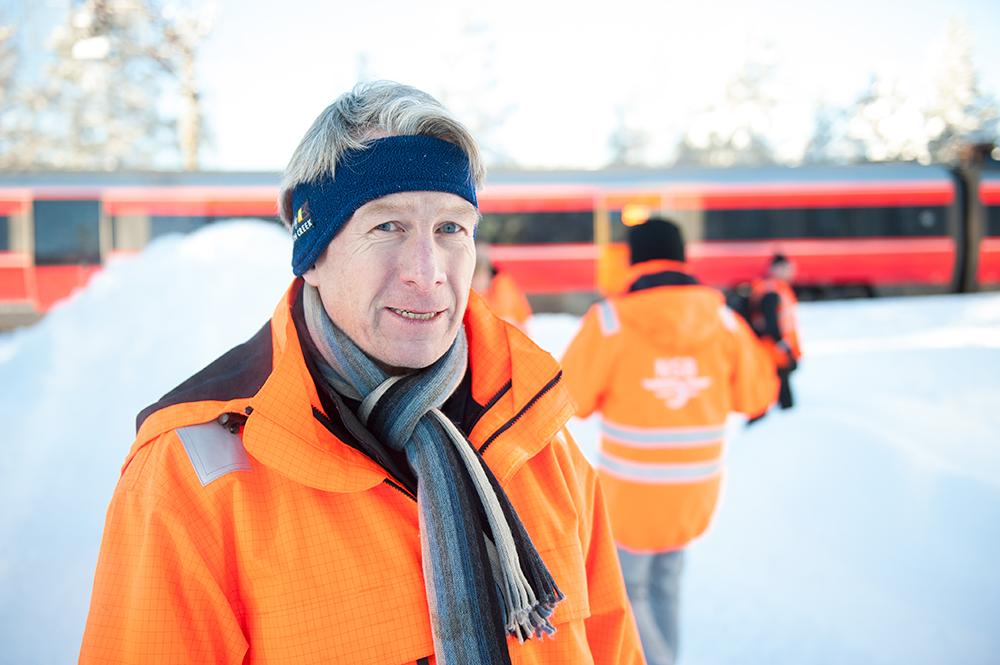 VASSET I SNØ: Dag Brekkan hos NSB konstaterer at alt har gått bra med passasjerene som i flere timer har oppholdt seg i et havarert tog på Sørlandsbanen.