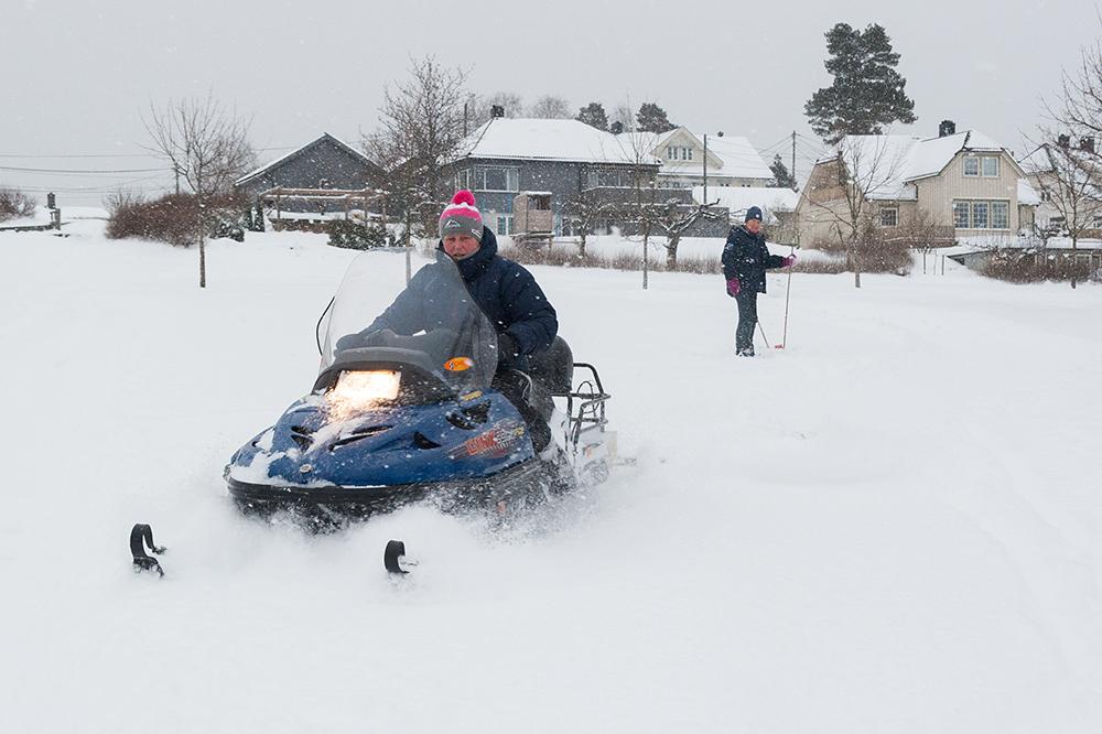 LØYPE: Onsdag kjørte Kari Nyhaven opp løyper på Tobias jorde. I bakgrunnen står Wenche Flaa Eieland klar til å merke løypa.