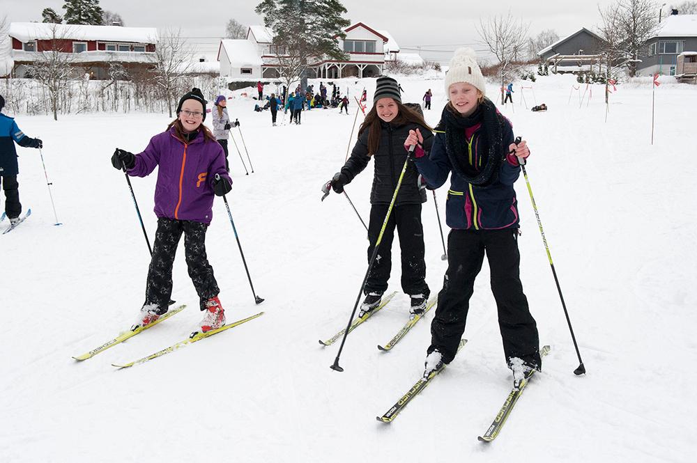 BAKKE: Tuva Birkeland, May-Lillian Endresen og Ingeborg Birknes trives i bakken på Tobias jorde.