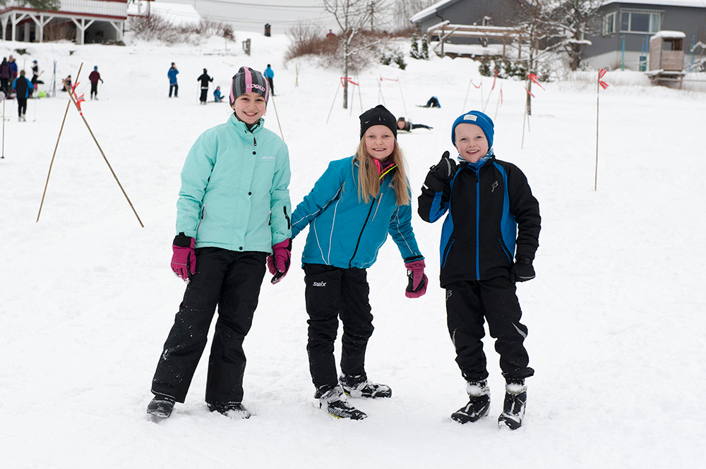Olsa Salihu, Astrid Sofie Tveide Johnsen og Martin Hauge er storfornøyd med at snøen har lagt seg på Tobias jorde.
