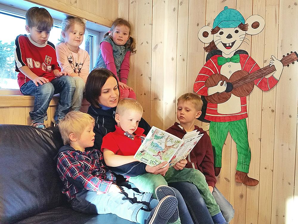 FENGER: Styrer i Engesland barnehage Kjellfrid Tveit forteller at fortellingen om dyrene i Hakkebakkeskogen fenger barna. – Vi bruker mye tid på å lese høyt for barna, sier hun.