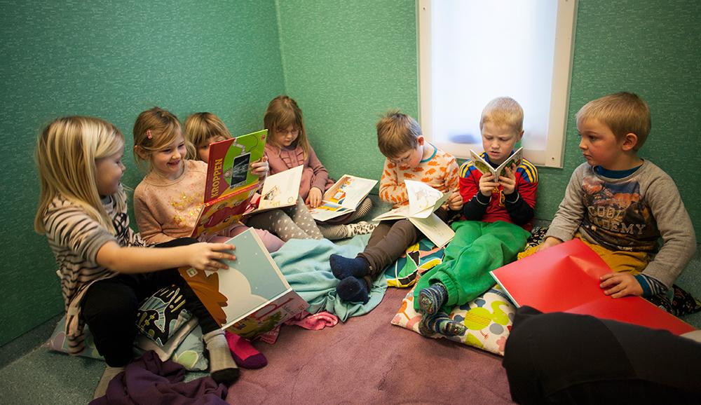 SMÅBARNSAVDELINGEN: Lesing er en sentral del av hverdagen på Kulturbarnehaven Grasham.